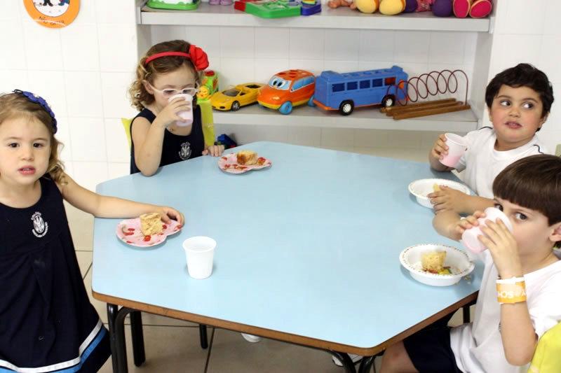 Você está vendo imagens do artigo: Alunos comendo 'cuca de pera'