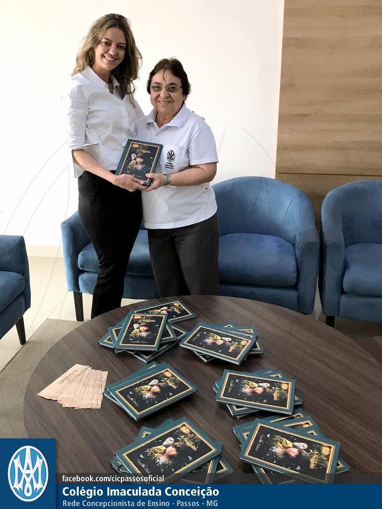 Você está vendo imagens do artigo: Autora faz doação para a biblioteca